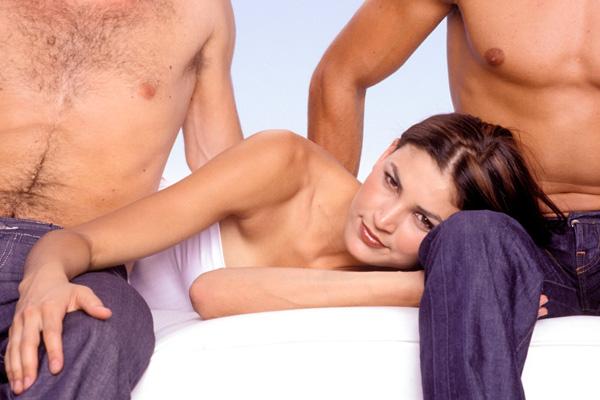 Порно видео секс втроем совращение жены 89