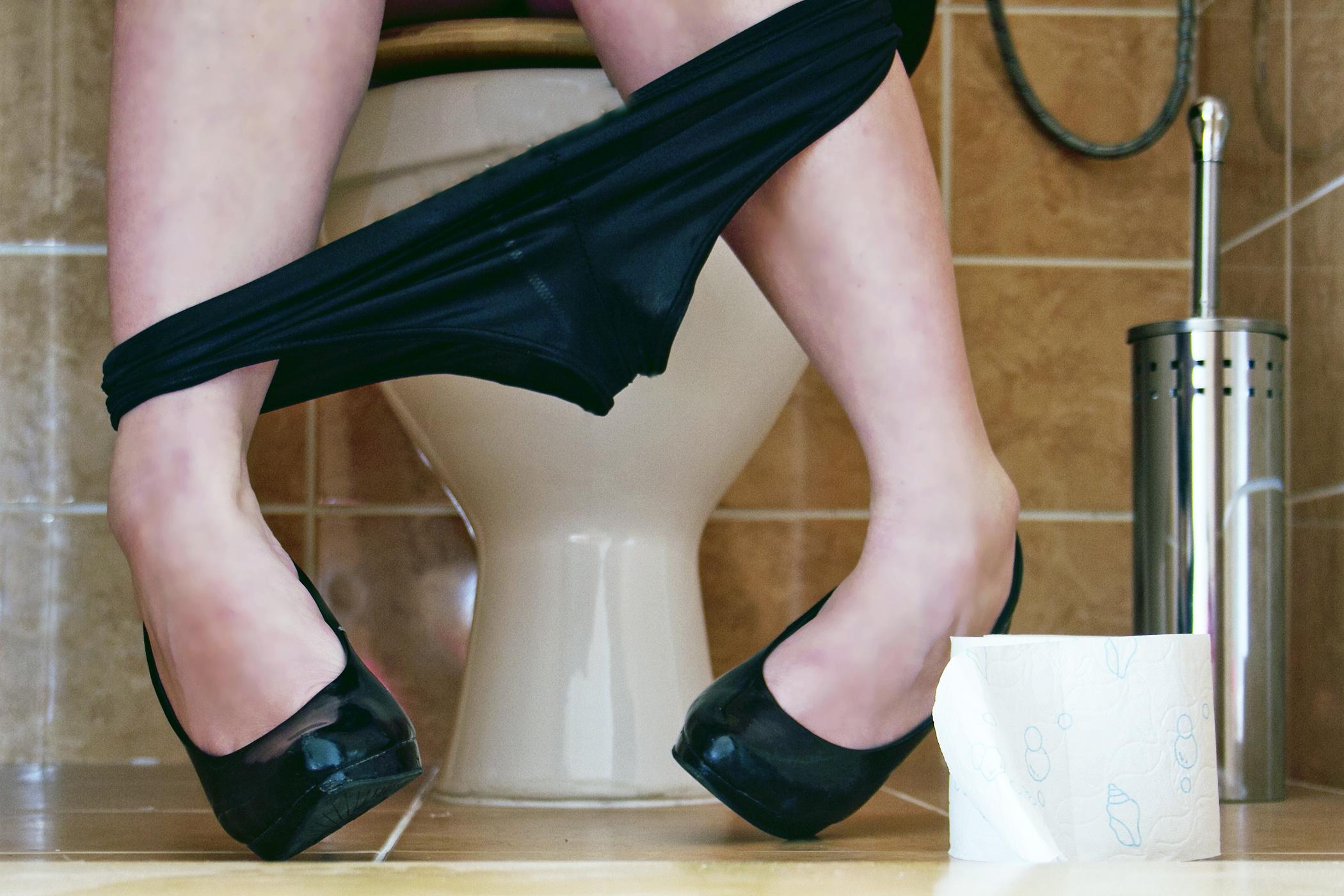 prekrasnie-ledi-pisayut-v-tualete-kinoteatra